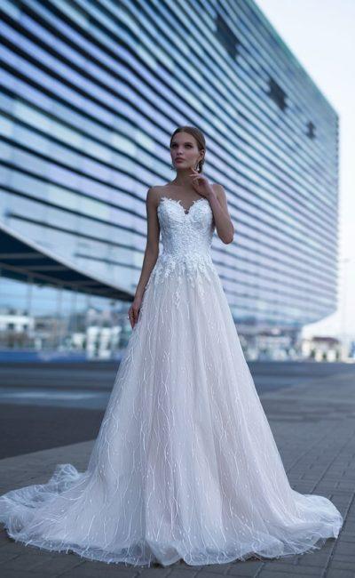 Классическое свадебное платье с открытым декольте и элегантной юбкой.
