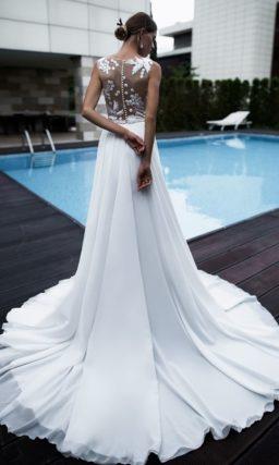 Закрытое свадебное платье с полупрозрачным лифом и юбкой прямого кроя.
