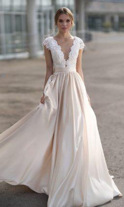 Свадебное платье с сияющей юбкой и белоснежным кружевным лифом.