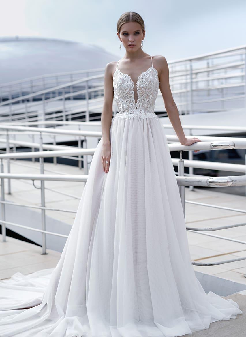 35a702f5b89e4ab Нежное свадебное платье с открытым лифом на тонких бретелях, украшенным  кружевом.