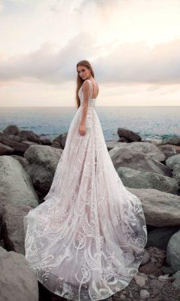 Свадебное платье с роскошным шлейфом и открытым V-образным декольте.