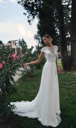 Прямое свадебное платье с коротким рукавом и небольшим вырезом на спинке.