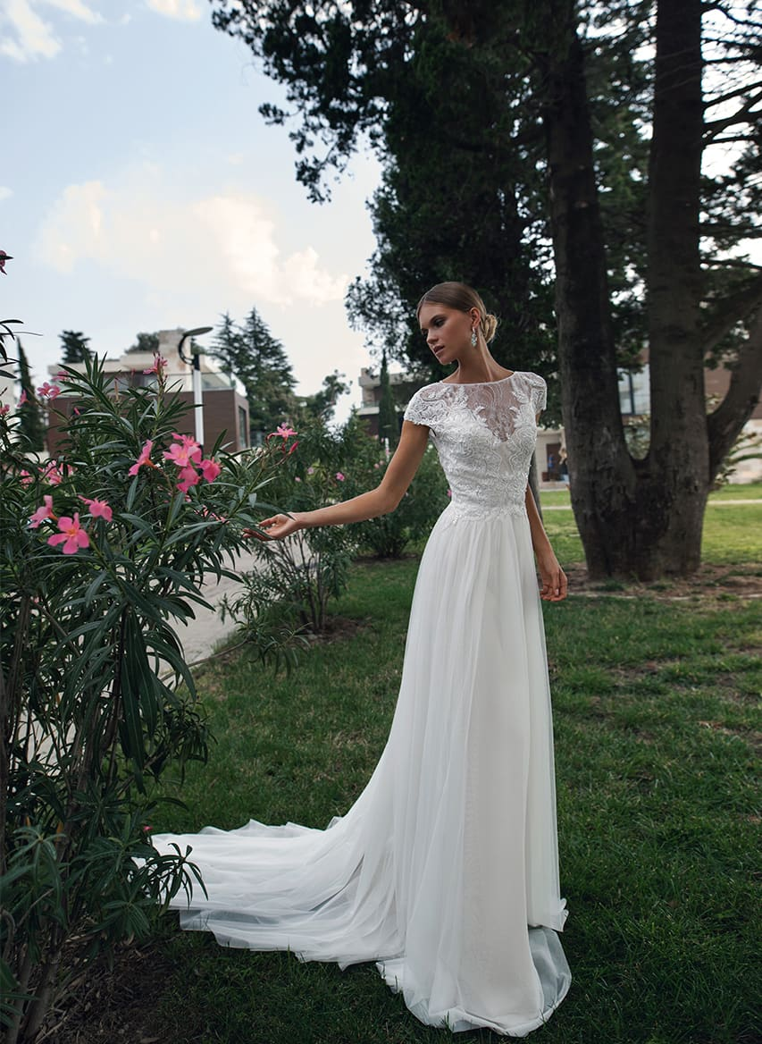 0f77b3cf681f6ea Прямое свадебное платье с коротким рукавом и небольшим вырезом на спинке.