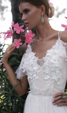 Свадебное платье с оригинальными бретельками и объемной отделкой лифа.