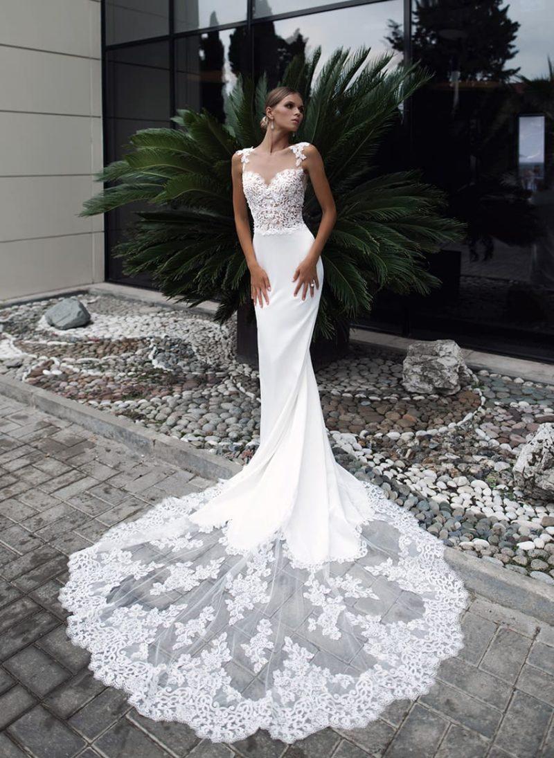 Свадебное платье с великолепным шлейфом и кружевным декором верха.