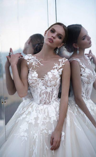 Свадебное платье цвета слоновой кости с эффектным декором и пышной юбкой.