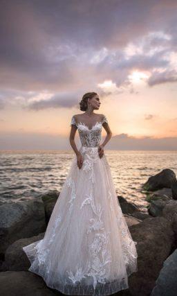 Роскошное свадебное платье с соблазнительным верхом и коротким рукавом.