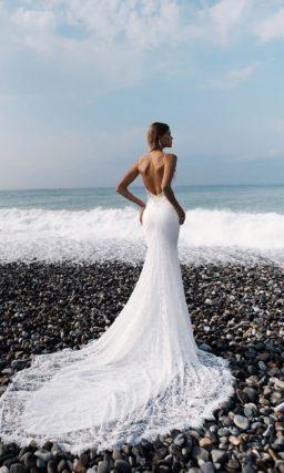 Облегающее свадебное платье из кружева с открытой спинкой и стильным лифом.