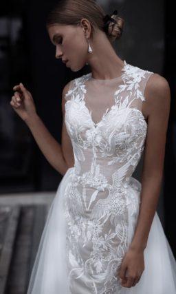 Свадебное платье с роскошной верхней юбкой и подкладкой из атласа.
