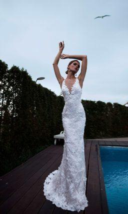 Свадебное платье облегающего кроя с открытым лифом на бретельках.