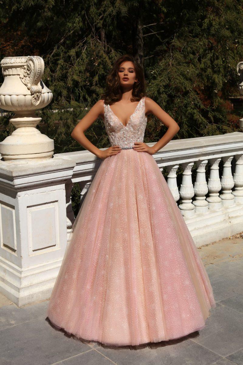 Розовое свадебное платье с женственным лифом и чарующей пышной юбкой.