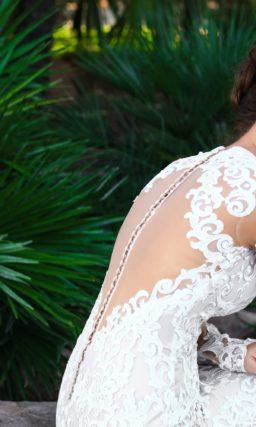 Короткое свадебное платье с вырезом на спинке и длинным рукавом.