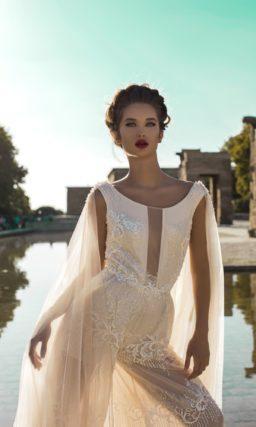 Свадебный костюм в кремовых тонах, с глубоким вырезом и накидкой сзади.