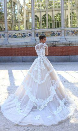 Стильное свадебное платье пышного силуэта с высоким воротником и рукавами.