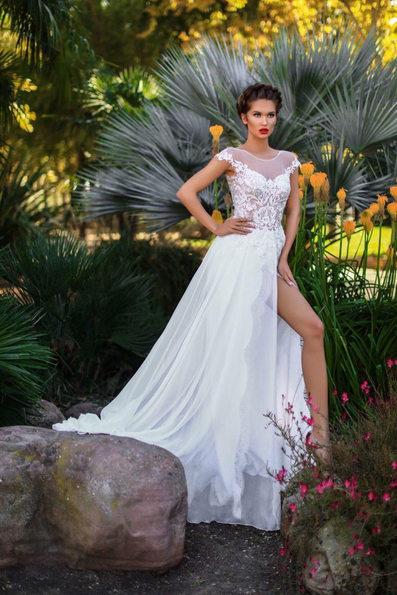 Свадебное платье с коротким рукавом и прямой юбкой с разрезом.