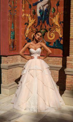 Розовое свадебное платье с открытым лифом и оригинальным кроем подола.