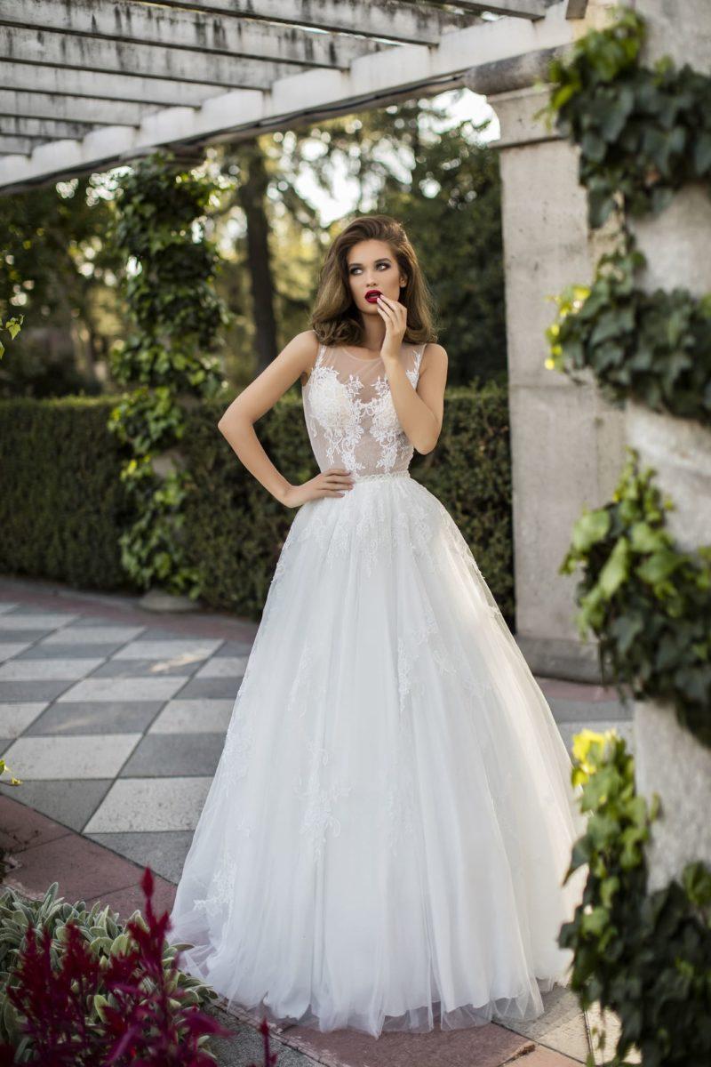 Пышное свадебное платье с кружевным декором на лифе и шлейфом сзади.