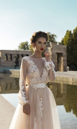 Бежевое свадебное платье-трансформер с длинным рукавом и тонкой юбкой.