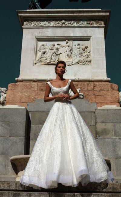 Пышное свадебное платье с вырезом каре и многослойной юбкой со шлейфом.