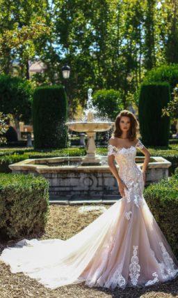 Бежевое свадебное платье «русалка» с широкими бретелями на предплечьях.