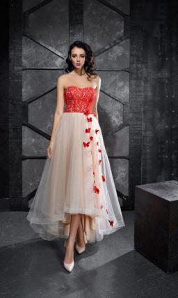 Открытое вечернее платье с алым корсетом и укороченным спереди подолом.