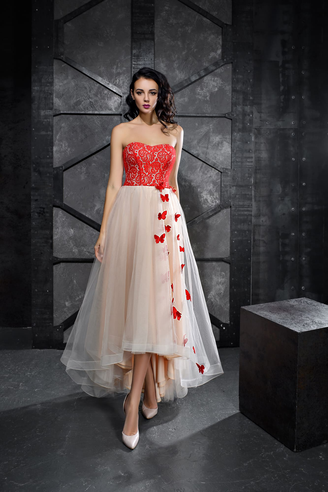 ac07d54d05f Открытое вечернее платье с алым корсетом и укороченным спереди подолом.