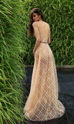 Бежевое вечернее платье в пол с закрытым лифом и сетчатым рисунком по ткани.