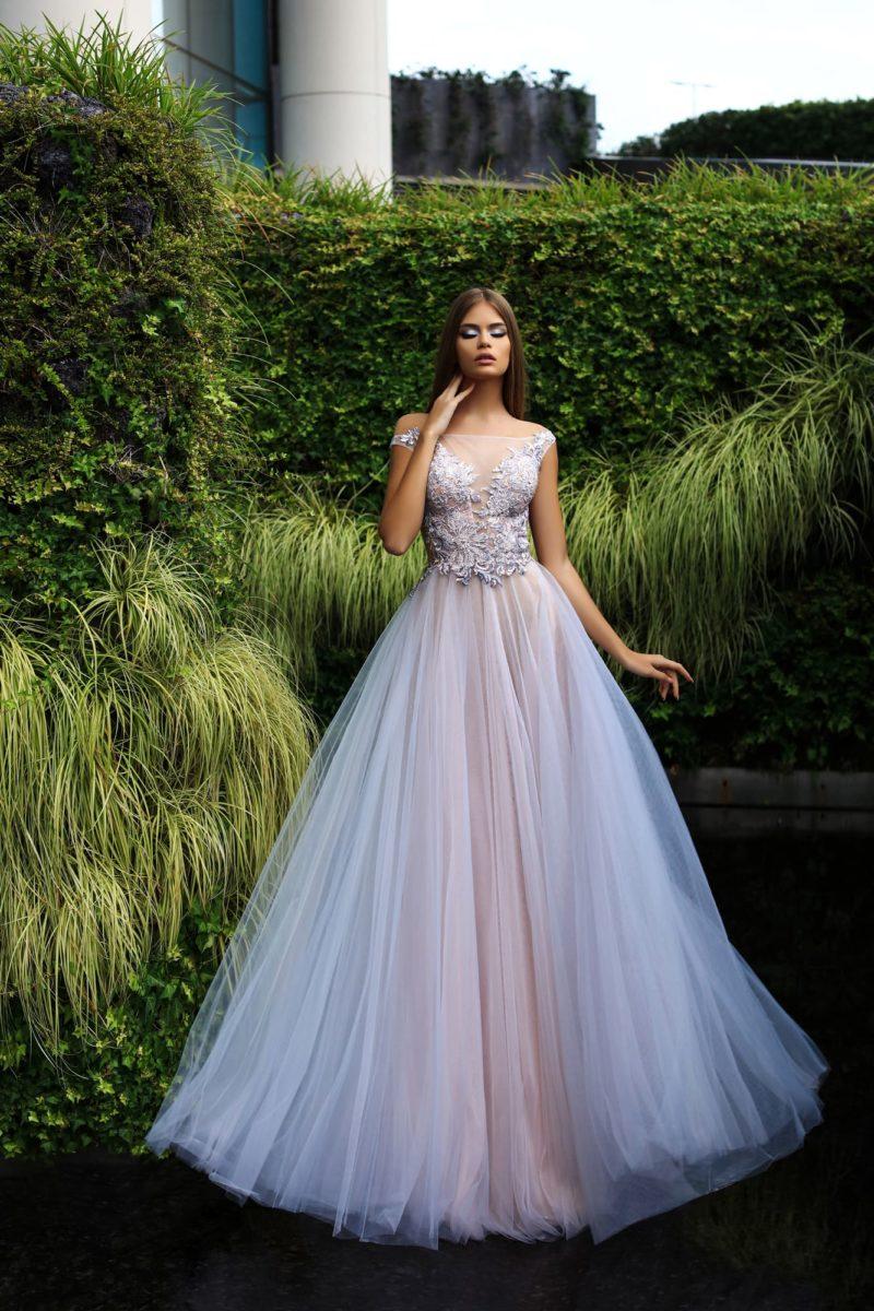 Сиреневое вечернее платье с облегающим верхом и многослойной юбкой.