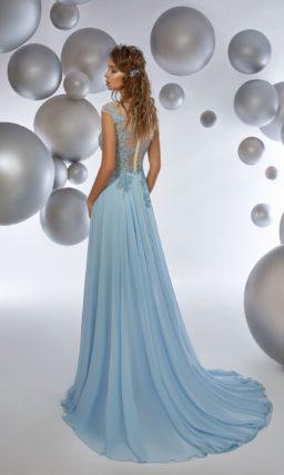 Голубое вечернее платье прямого кроя с высоким разрезом по подолу.
