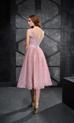 Розовое вечернее платье длины миди с узким поясом и объемным декором.