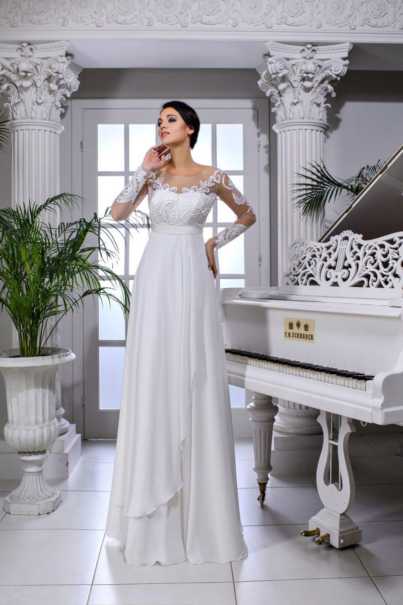 Свадебное платье в ампирном стиле с отделкой аппликациями и открытой спинкой.