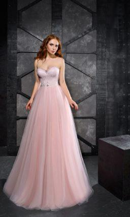 Розовое вечернее платье с открытым декольте и многослойной юбкой.