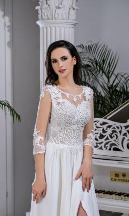 Прямое свадебное платье с вырезом «замочная скважина» сзади и разрезом на юбке.