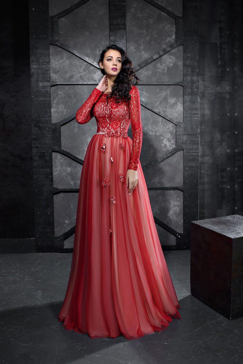 Красное вечернее платье с многослойным низом и длинным рукавом.