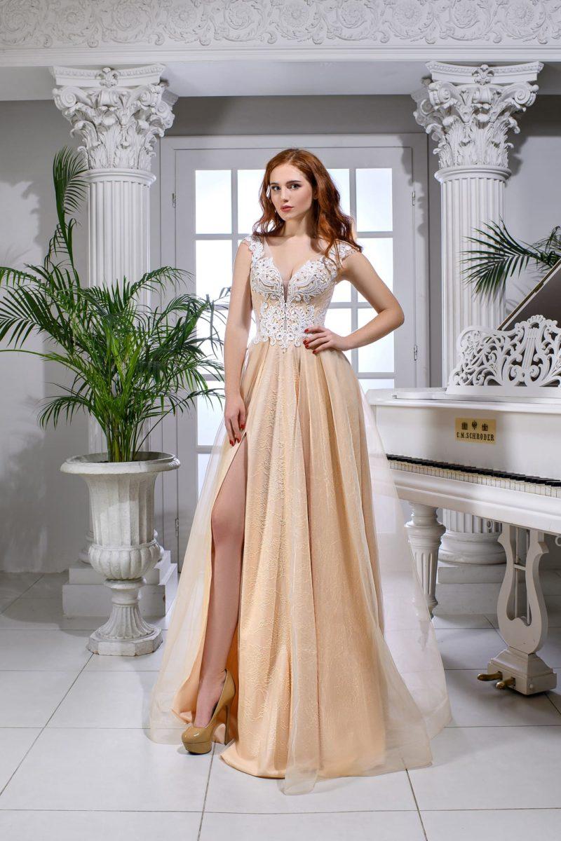Свадебное платье персикового цвета с кружевным верхом и разрезом на юбке.