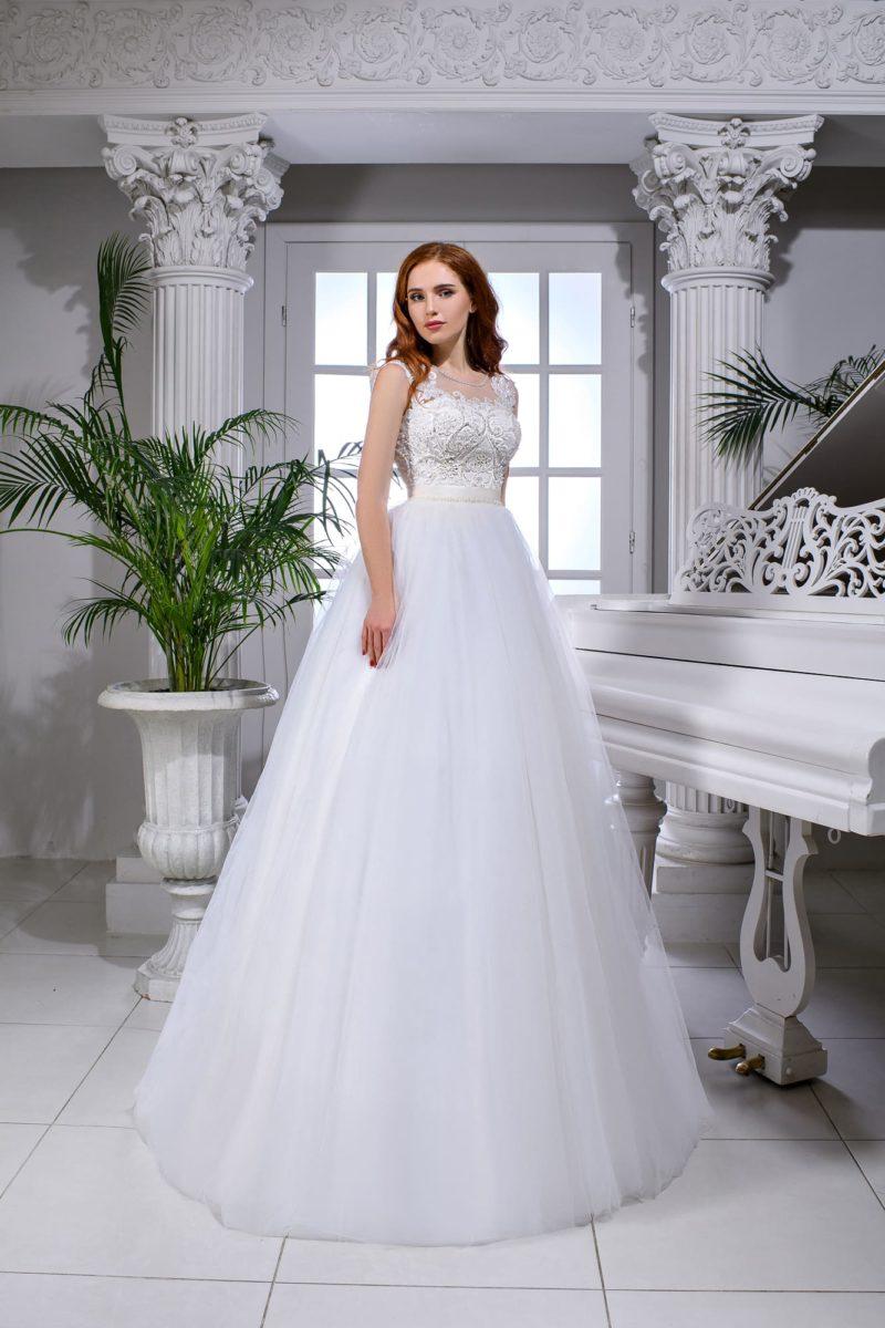 Свадебное платье пышного кроя с облегающим кружевным корсетом и атласным поясом.