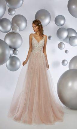 Розовое вечернее платье с открытым лифом и многослойной юбкой в пол.