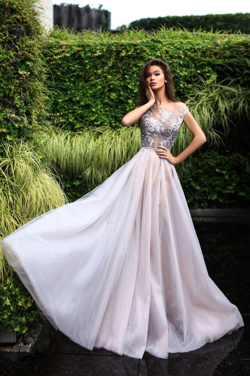 Закрытое вечернее платье в дымчатом оттенке, с полупрозрачным лифом и юбкой в пол.