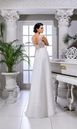 Прямое свадебное платье с коротким рукавом и узким атласным поясом на талии.
