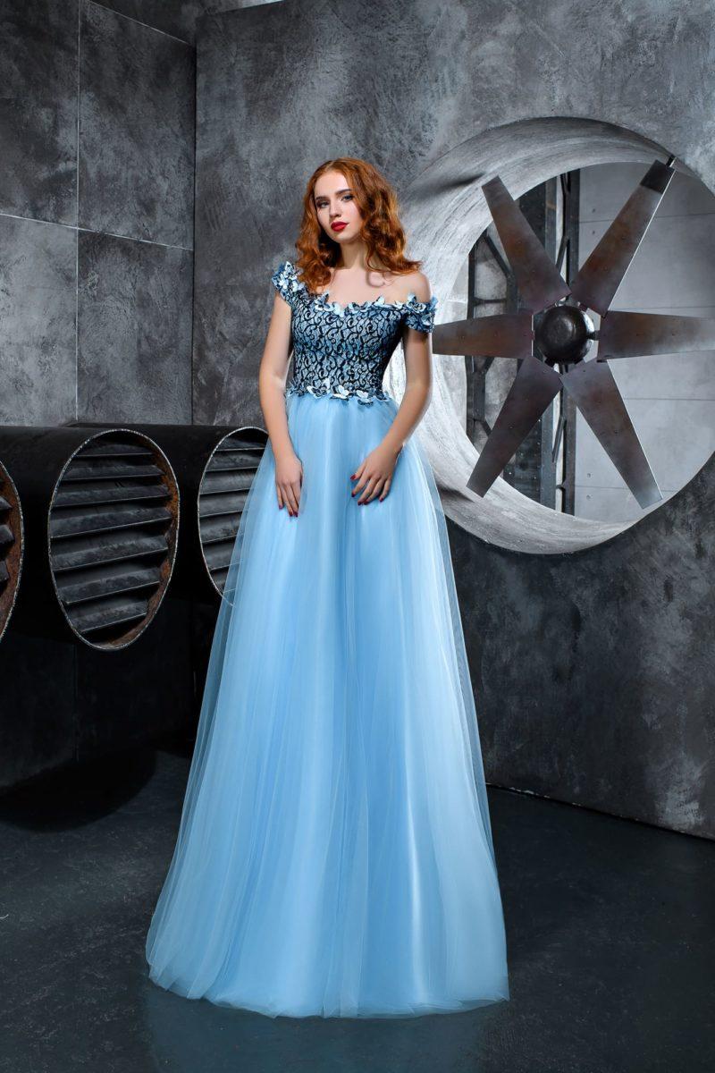 Голубое вечернее платье с открытым верхом и кружевом по корсету.