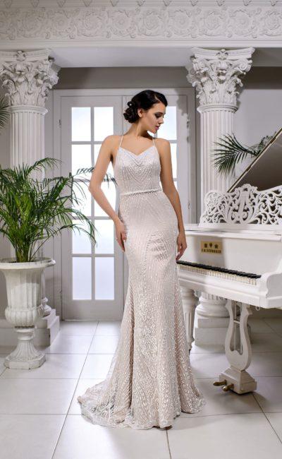 Свадебное платье облегающего кроя с открытой спинкой со скрещенными бретелями.