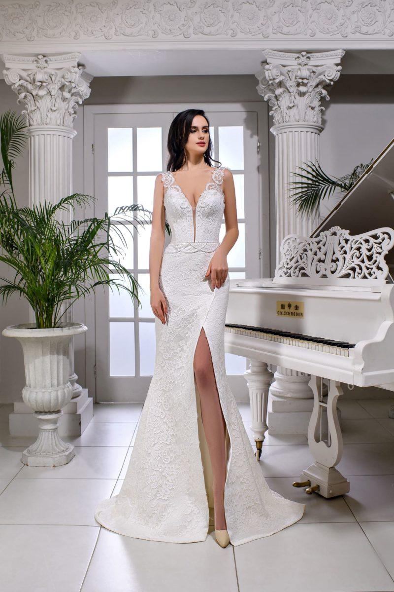 Облегающее свадебное платье с глубоким декольте и разрезом на юбке.