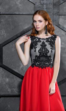 Вечернее платье с закрытым лифом с аппликациями и прямой алой юбкой.