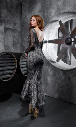 Облегающее вечернее платье с длинным рукавом и кружевным декором.