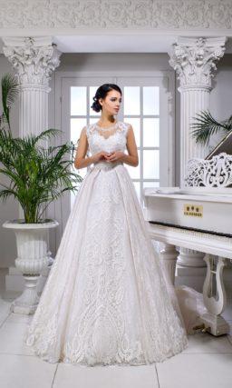 Свадебное платье с кружевной отделкой верха без рукава и многослойным низом.
