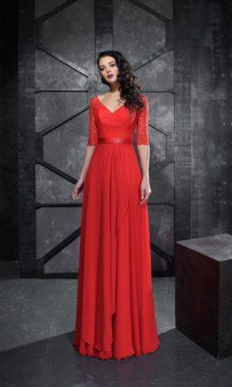 Алое вечернее платье с рукавом до локтя и прямой юбкой в пол.