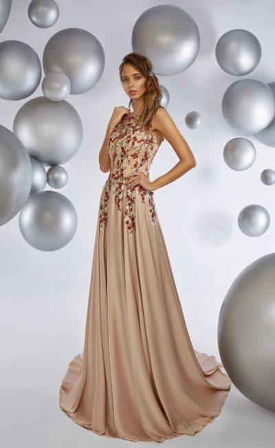 Бежевое вечернее платье прямого кроя с цветочной вышивкой по верху.
