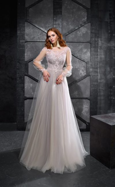 Жемчужное вечернее платье с широкими рукавами и длинной юбкой.