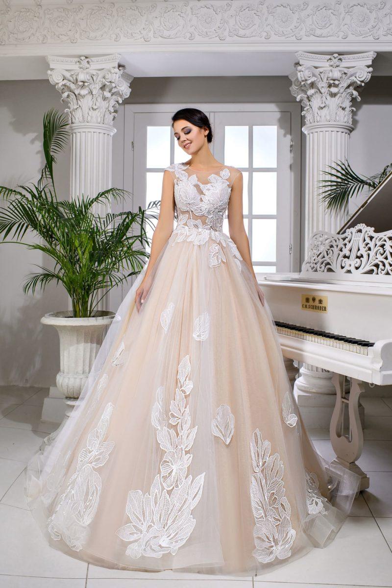 Персиковое свадебное платье пышного силуэта с полупрозрачным верхом.