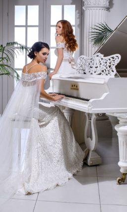 Свадебное платье прямого кроя с кружевным портретным декольте и поясом из атласа.